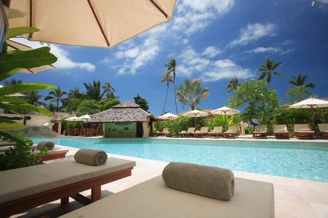 bazén s ležadlami na dovolenke