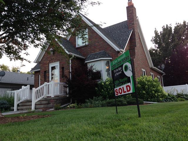 """dom s tabuľkou """"predané"""".jpg"""