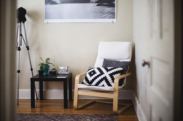 Otvorené dvere do izby, stolička s vankúšmi.jpg