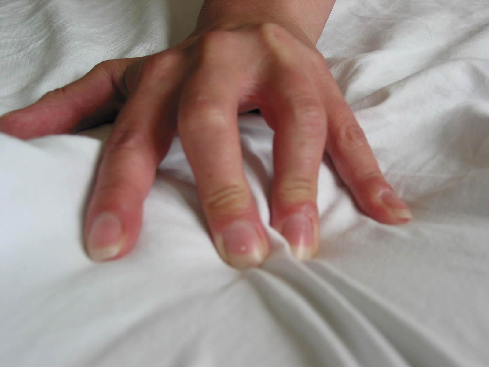 ruka na posteli